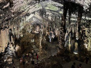 Großer Innenraum in den Höhlen von Arta mit Stalagmiten und Stalaktiten